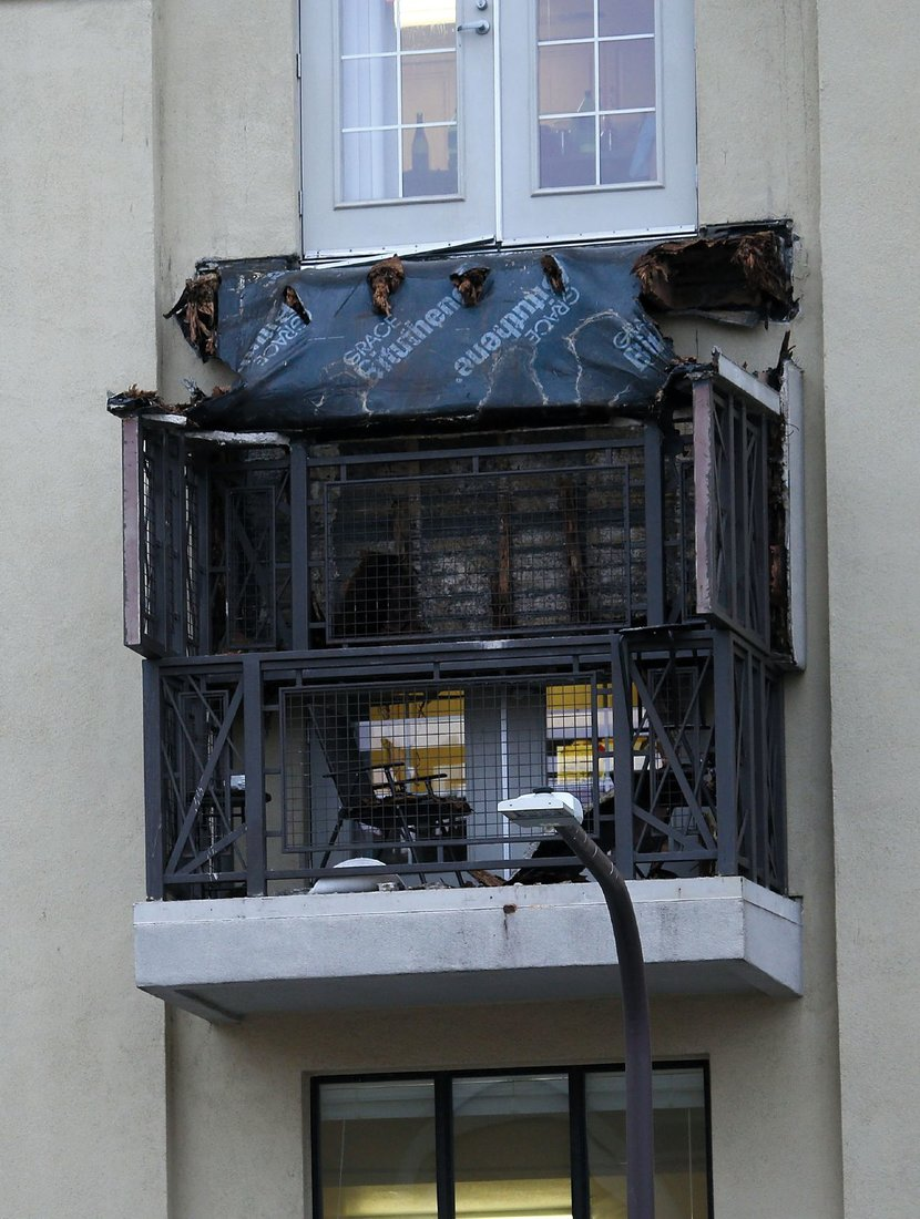 CAUSE AND COLLAPSE. Eight years of accumulated moisture led to rotting support beams on a balcony in a multifamily building in Berkeley, Calif. The balcony collapsed, killing six people and seriously injuring seven others, in 2015. JUSTIN SULLIVAN/GETTY IMAGES