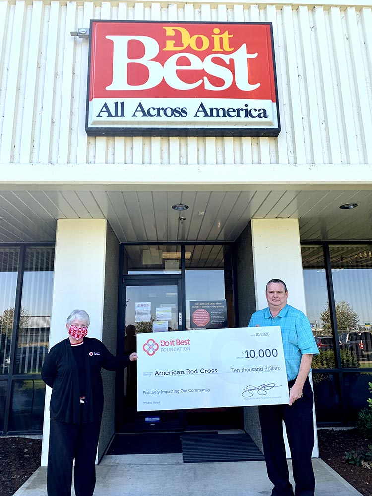 Dianne Mekkers, American Red Cross emergency management liaison lead (left); and Mark Hester (right), general manager of the Do it Best distribution center in Woodburn, Ore.