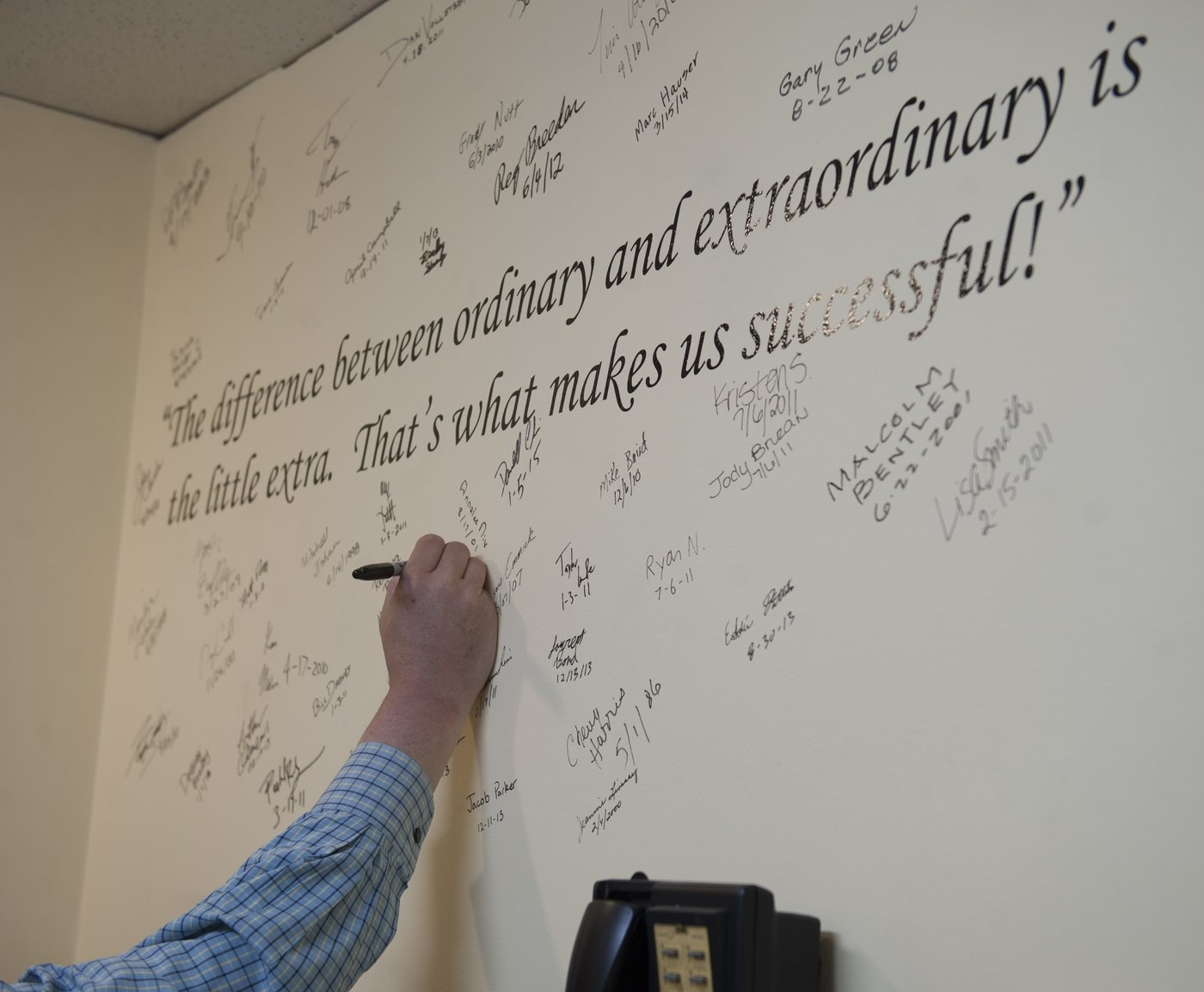 All employees have to sign a commitment to customer service on the wall in the meeting room.